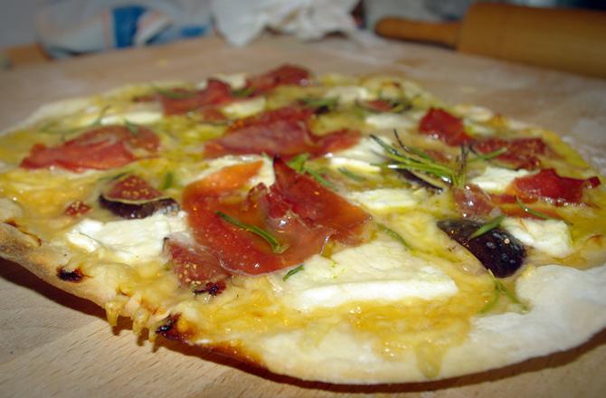 Pizza mit Ziegenkäse und Feigen