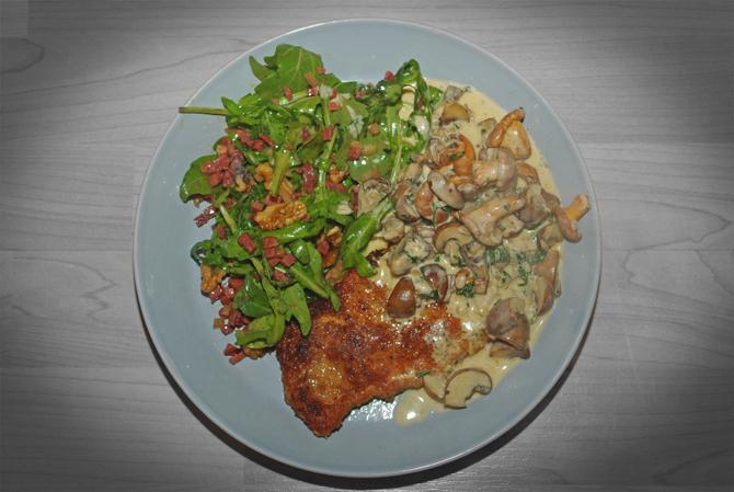 Schnitzel mit Pilzrahnsoße und Rucola-Salat