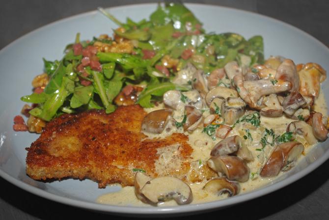 Schnitzel mit Pilzrahmsoße und Rucola