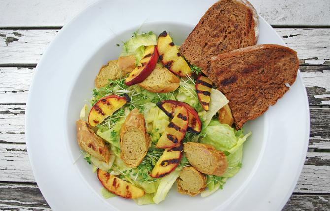 Fruchtiger Sommersalat mit gegrillten Nektarinen und Curry-Mango-Dressing