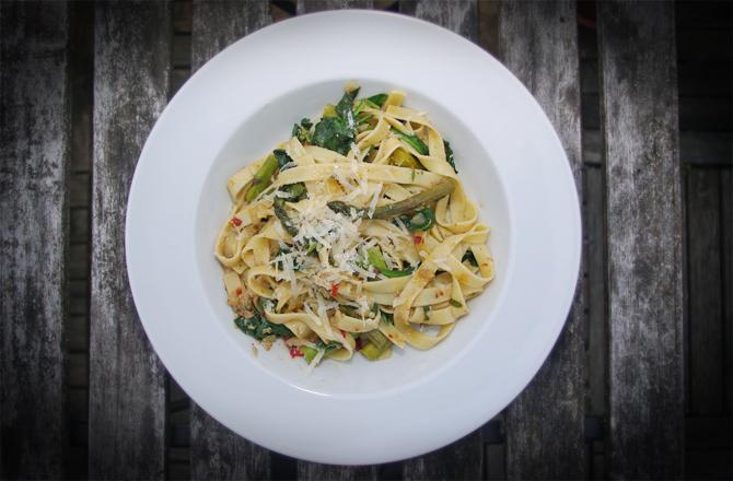 Pasta mit Sardellen, Blattspinat und grünem Spargel