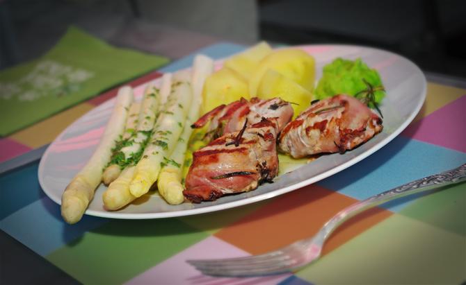Medaillons vom Hällischen im Bacon-Mantel, Spargel mit Salbeibutter und Erbsenpürree