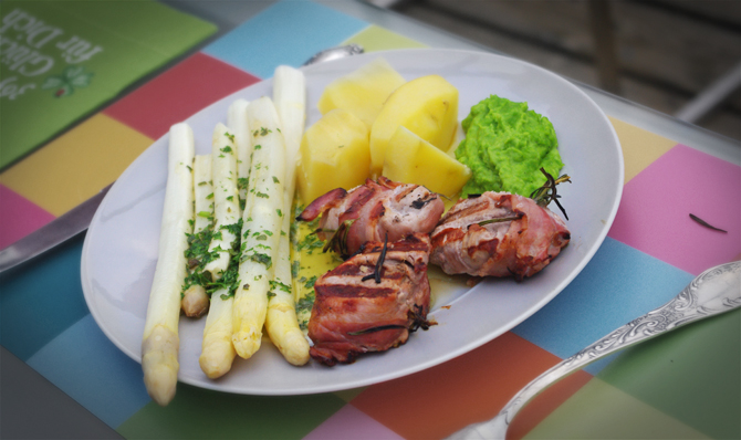 Spargel mit Salbei-Butter, Erbsenpürree und Schweinemedallions