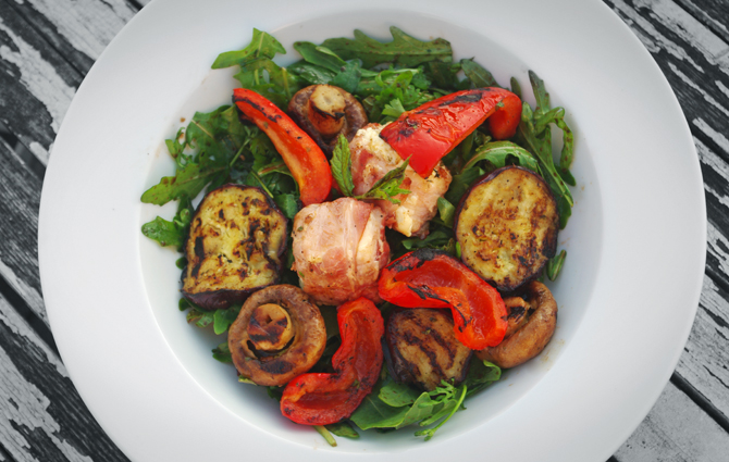 Kräutersalat mit gegrilltem Gemüse
